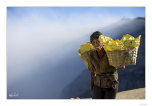 Each worker carry around 70Kg of sulfur.